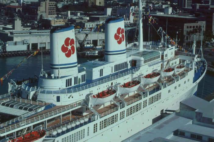 Cruise ship in 1990